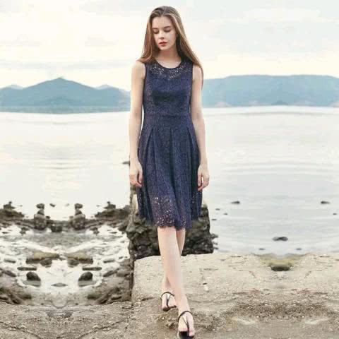 精致立体,蕾丝连衣裙显曼妙身材