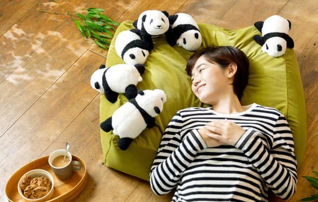 日本推出熊猫主题懒人沙发,一躺下一群熊猫就把你围住了