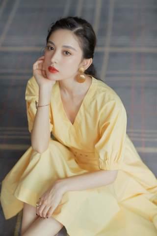 娜扎高调亮相,一袭明黄长裙勒出蚂蚁腰,撞衫仙女派刘亦菲却不输