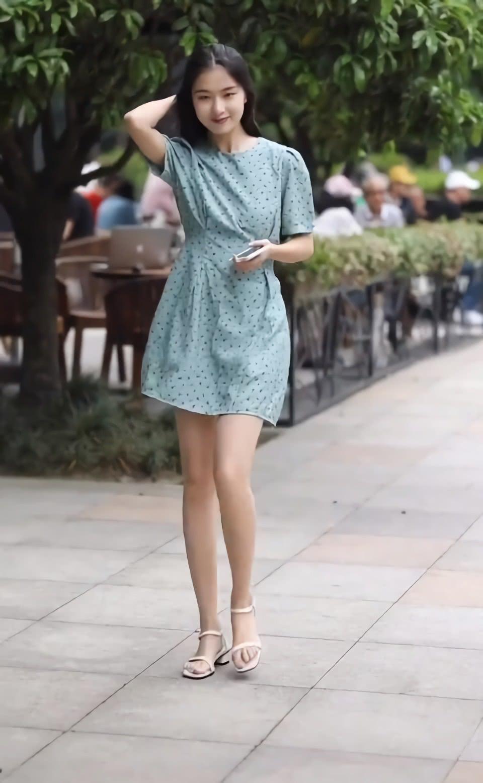 夏天穿连衣裙别搭帆布鞋了,太热!不如搭配凉鞋,清爽又好看