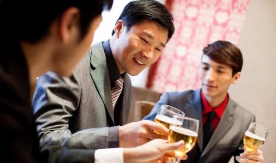 为什么年轻人都不喜欢参加酒局?老油条说出3点真相,太贴切了