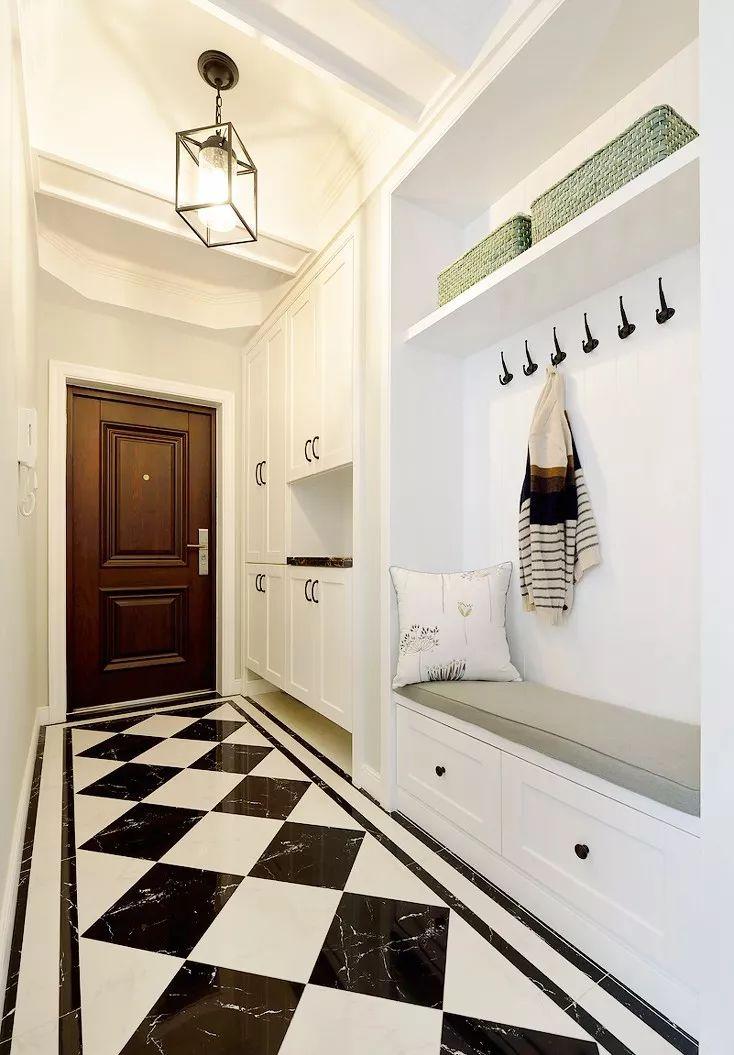 """玄关利用狭长的走廊做了大面积的收纳柜,""""兼职""""衣帽间的设计休闲又图片"""