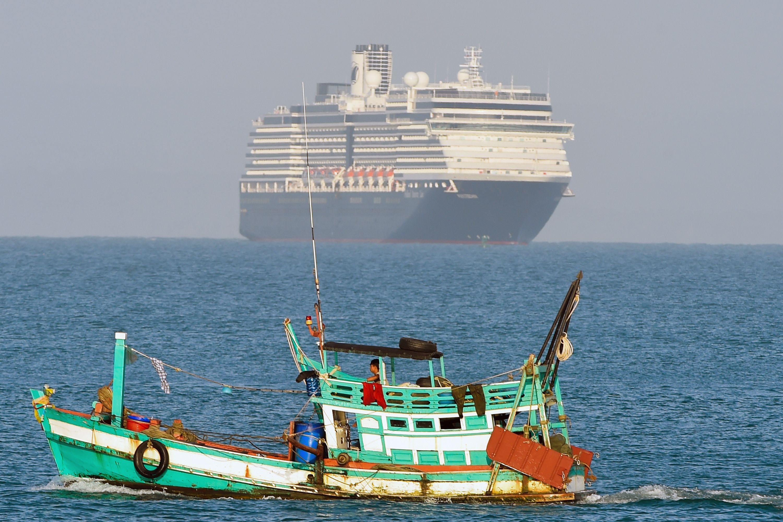 """海上漂流12天后,""""威士特丹""""邮轮终于获准停靠柬埔寨,美国大使发文感谢"""