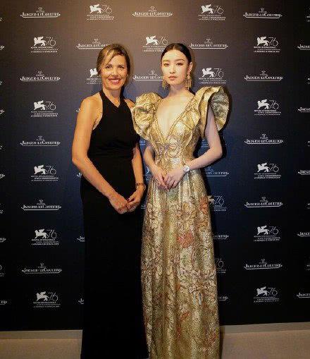 倪妮出席电影节,身穿金色深V连衣裙,与他人同框气质赞