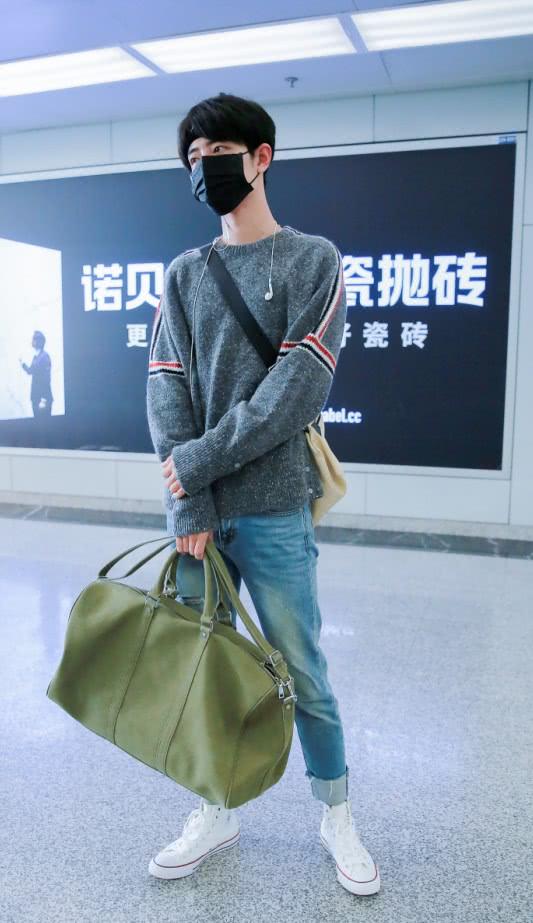 """烂大街的经典匡威,肖战只不过搭配了""""卷边裤"""",就潮流帅气"""