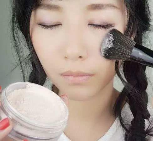 """<b>化妆时,""""散粉""""要怎么涂?多数女人不懂,经常涂错了,真是浪费</b>"""