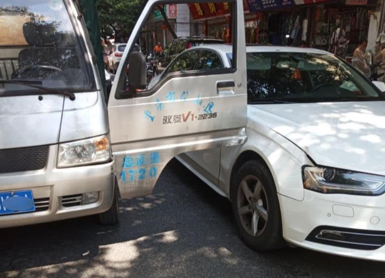 司机开车门不观察 货车车门卡住奥迪车右侧