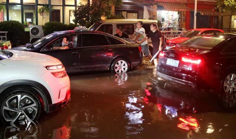 郑州政七街东风路积水严重 多车出现趴窝