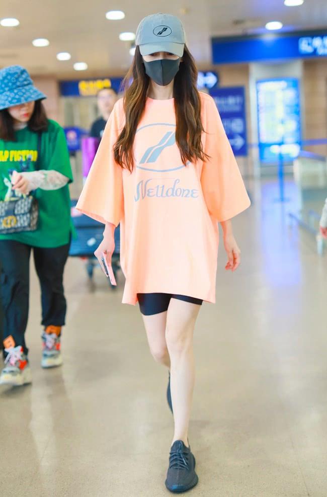 <b>谁还敢说杨颖身材五五分,当她穿上骑行裤,腿长比例简直太优越!</b>