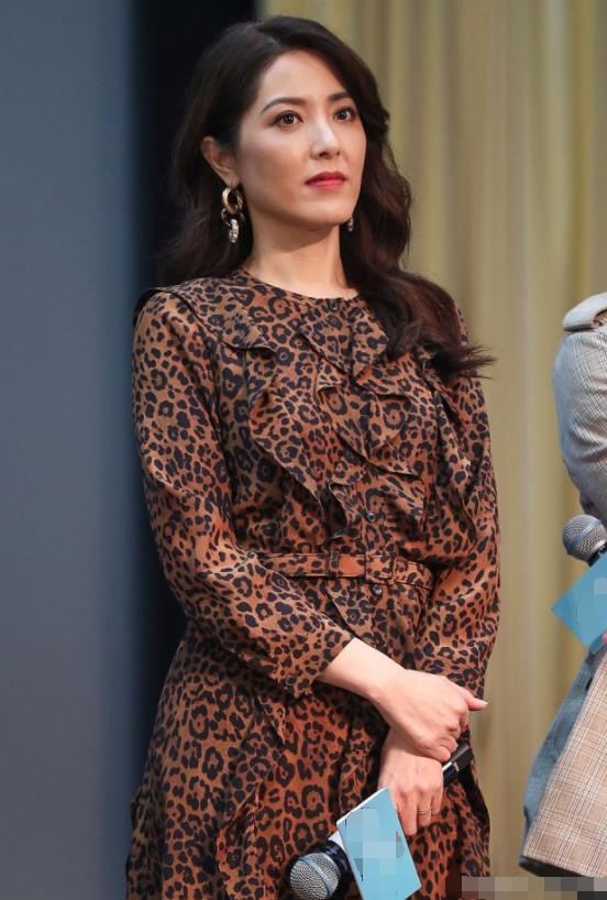 曾黎不秀肩不露腿,一袭印花长裙明艳端庄,这才是43岁最美的样子