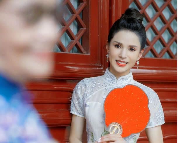 李若彤旗袍写真美上热搜,三点原因解析:为何人们喜欢纯天然美女