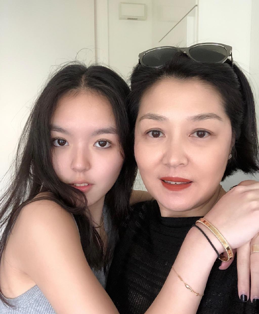 李咏女儿又晒美照惹争议,身处国外报平安有何不可哈文转发力挺