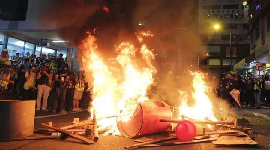 """中国3分钟:""""暴""""风肆虐 香港到底怎么了?"""
