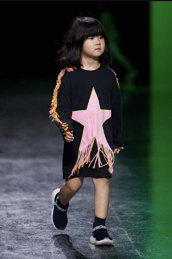 张亮4岁的女儿T台首秀,遗传了爸爸超模脸气场十足