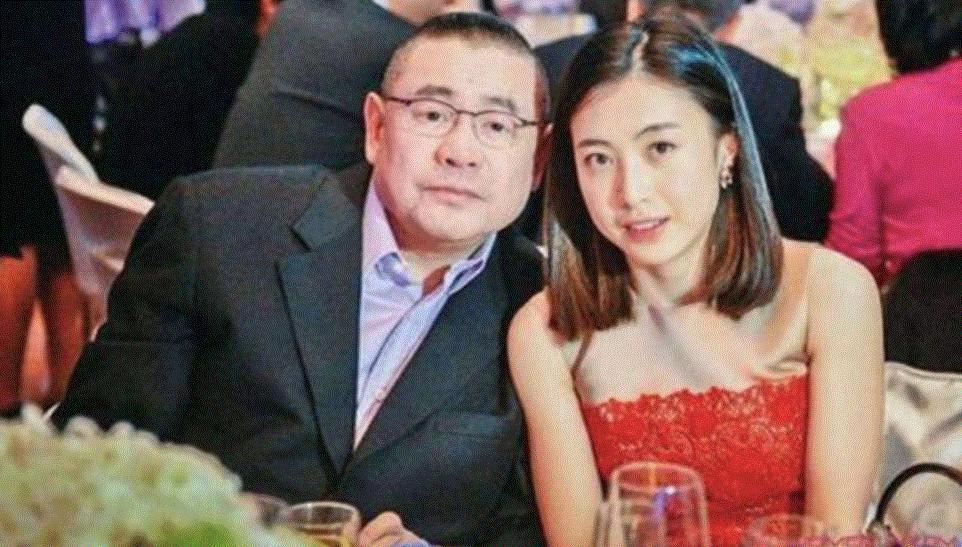68岁富商刘銮雄病愈现身,甘比带孩子贴心陪护,全程保镖开路