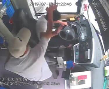公交车正在行驶 老人当着孩子的面挥起拳头砸向驾驶员的后脑勺