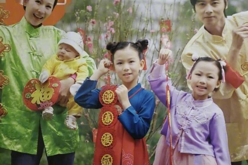 蔡少芬全家福公开,穿唐装诠释中国风,三胎儿子正脸公开好可爱