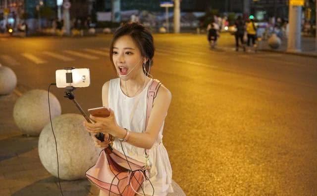 冯提莫个唱惹争议,网红跨界当歌手,对得起自己的500万粉丝了