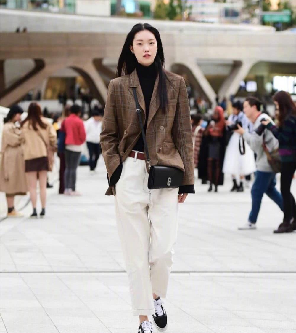 韩国女生真会穿,才入春就换上漂亮的春装,展现青春活力与时髦