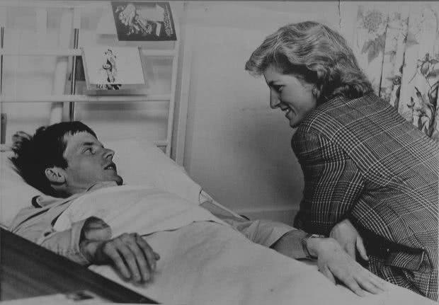哈里王子追随先母戴安娜王妃的慈善步伐,访问儿童医院