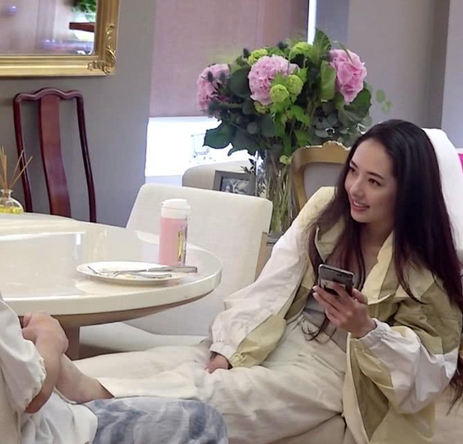 """<b>郭碧婷上节目把脚放向佐身上,谁注意她腿?穿""""豆腐裤""""又美又直</b>"""