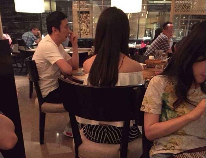 王思聪国外吃饭被偶遇!没想到他也乖乖排队等待,网友:落魄!