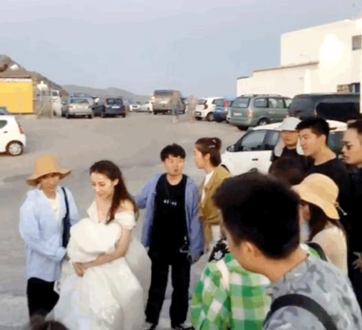 网友国外街头偶遇迪丽热巴,穿婚纱与小女孩合影又美又亲切