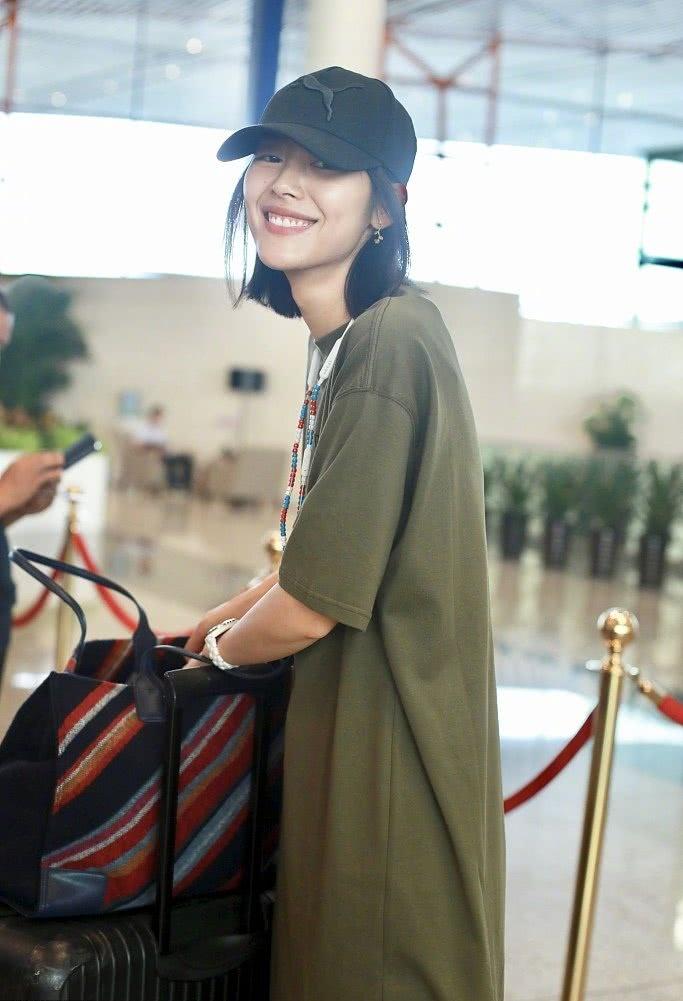 刘雯现身机场仗着超模身材乱穿衣,放在普通人身上简直是灾难