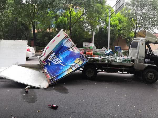 采访途中偶遇车祸现场 本报记者第一时间将伤者送医救治