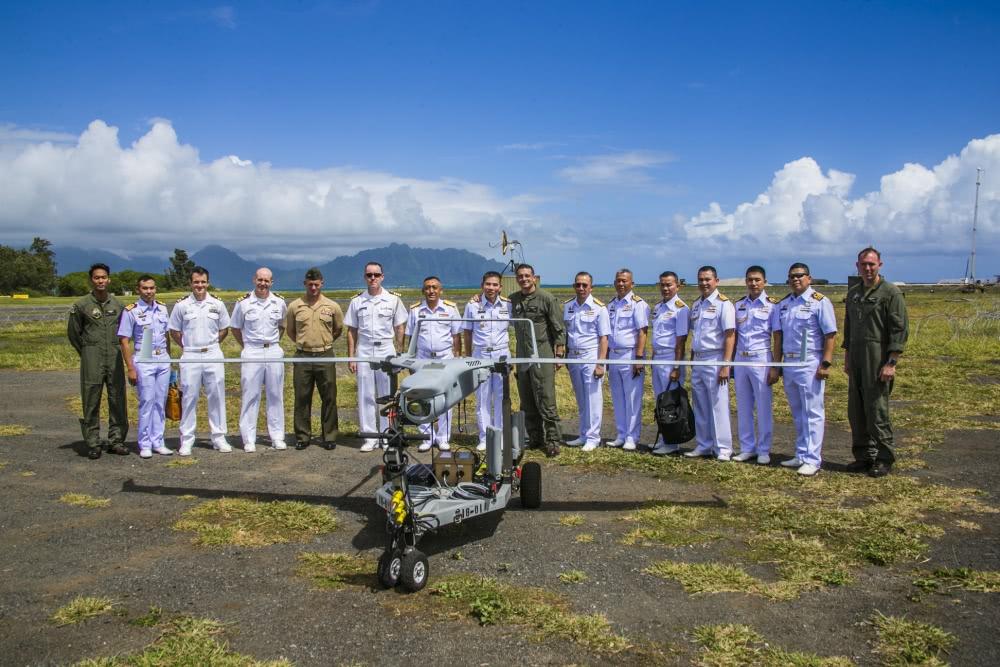 泰国海军司令考查美海军陆战队装备