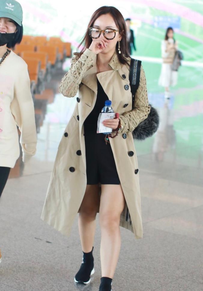 杨蓉穿卡其色风衣黑色连衣裙,戴上一副框架眼镜,文艺知性!