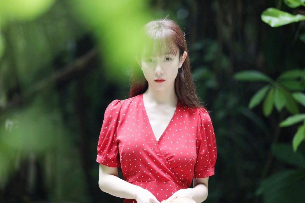 她曾因整容失败受尽非议,今穿V领波点裙剪齐刘海,嫩回18岁了