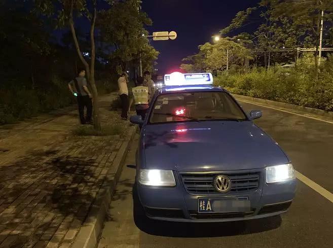 """南宁:停下的出租车还在""""跳表""""?执法人员发现,这是辆克隆出租"""