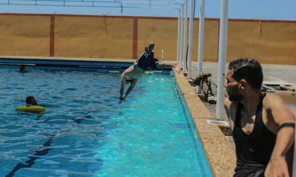 励志!巴勒斯坦截肢者坚持参加游泳训练