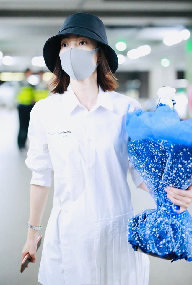 王丽坤这是啥操作?穿一半衬衫裙,穿一半百褶裙,越个性越潮流!