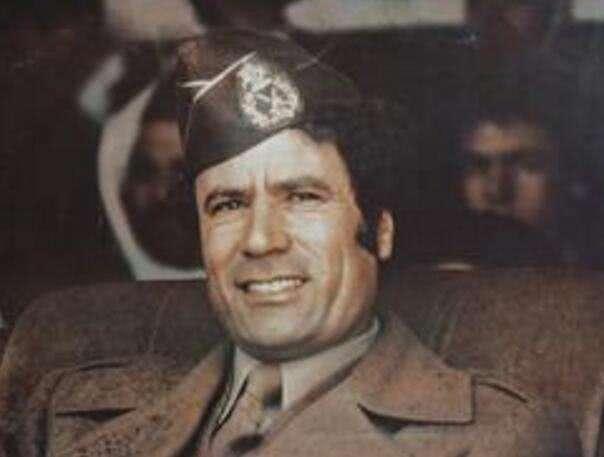 一个人,一辆车,一本书,为何说成也卡扎菲,败也卡扎菲?