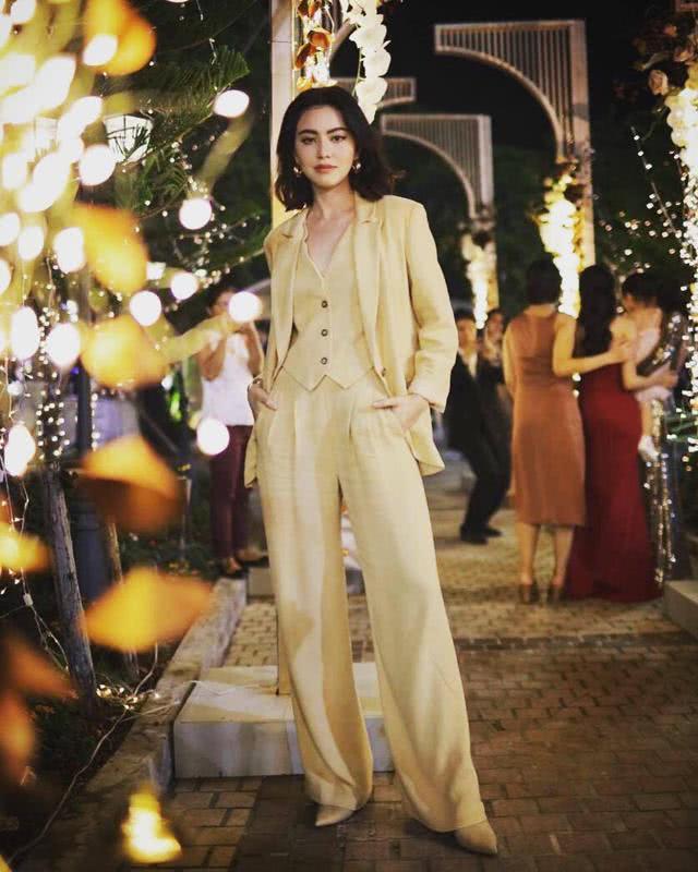 泰国女星Mai穿印花裙参加好友婚礼,优雅气质抢尽新娘风头