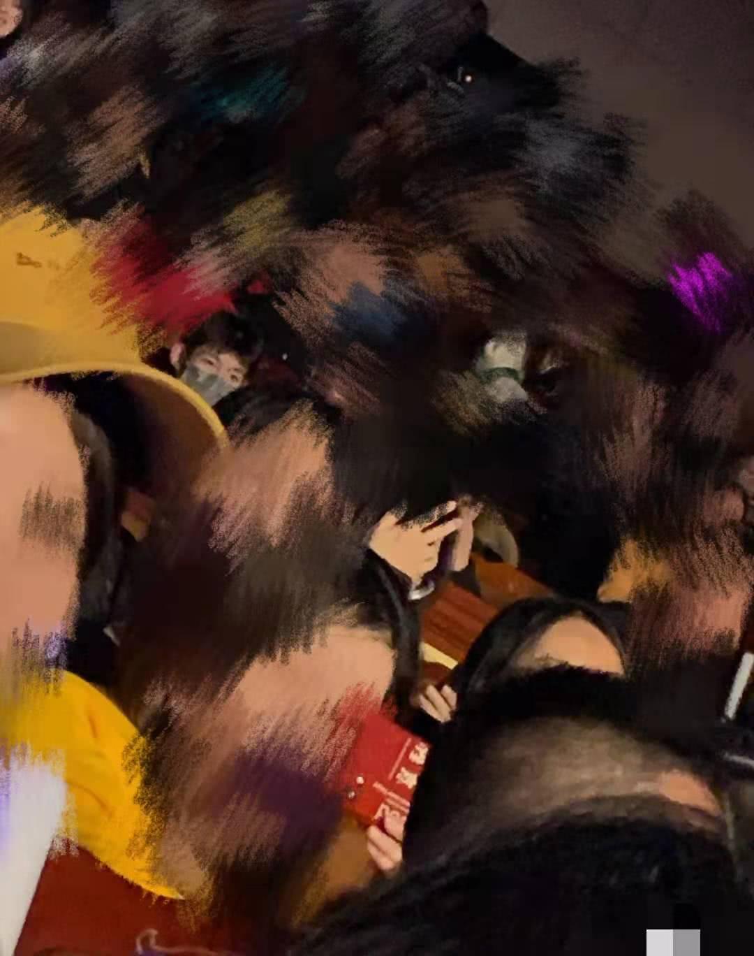 王源低调现身女歌手演唱会,全程遮脸,她陪着王源走过太多!
