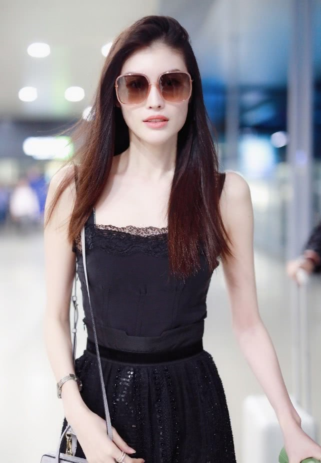何穗终于换风格了,穿一袭黑色长裙现身,气场十足美到飞起!