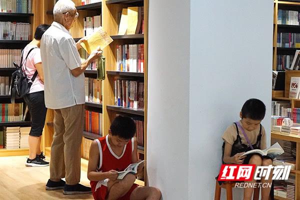 """""""学而时习之,不亦乐乎""""高科技自动售书机亮相郴州街头"""