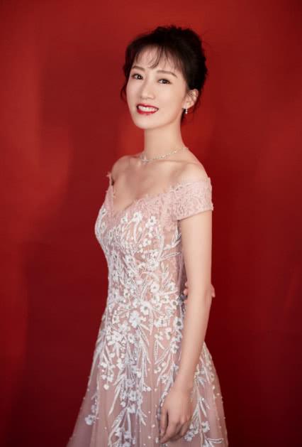 李念哪里像34岁,一袭亮片粉裙窈窕迷人,怪不得能做豪门太太