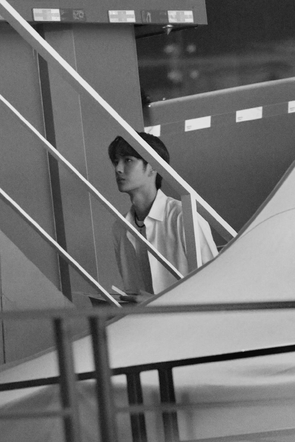 王一博摆拍照被疯传,穿白色衬衫下楼梯,妥妥的霸道总裁既视感