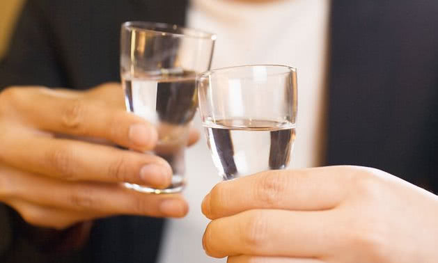 为何很多老酒鬼,也经常喜欢喝食用酒精勾兑酒?回答很真实
