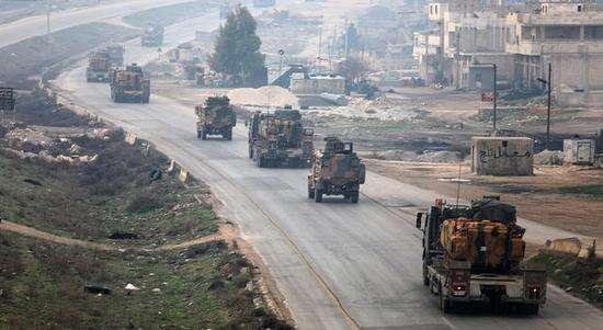 土叙交战非常激烈!土耳其再次加大支援,近百辆装甲车开进叙利亚