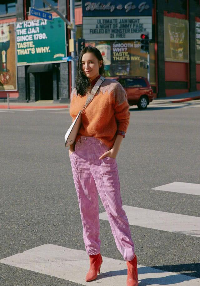宋佳真是穿搭高手,橙色毛衣配粉色裤子很时髦,红色短靴太吸睛