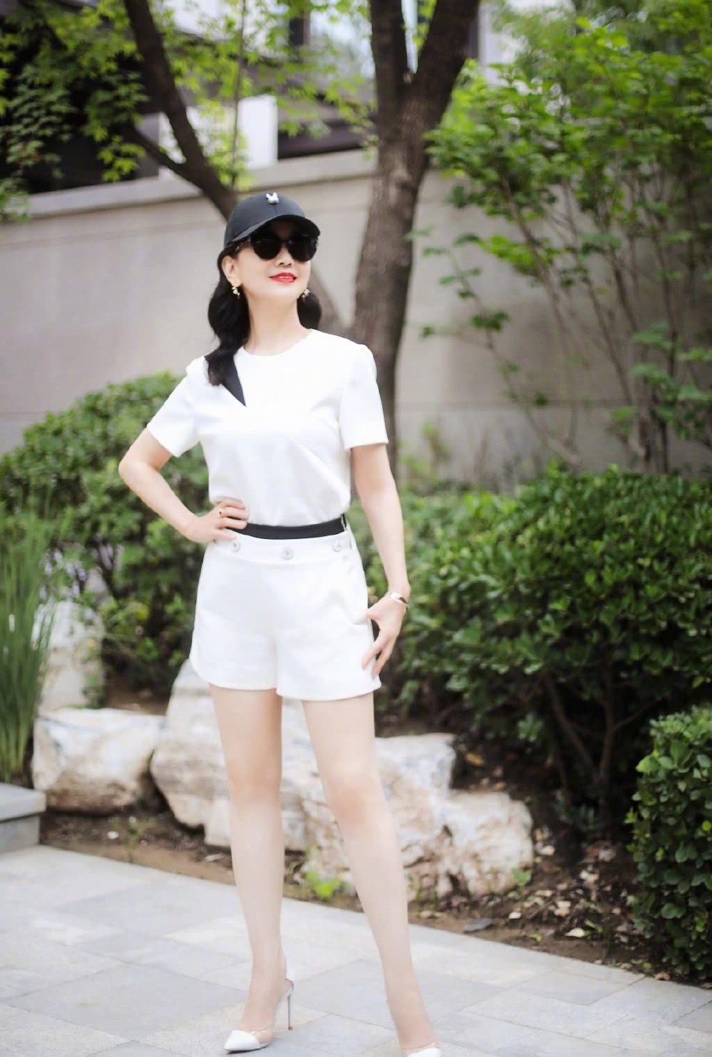 你能说这样的赵雅芝65岁吗?白T配短裤,比18岁少女还有活力