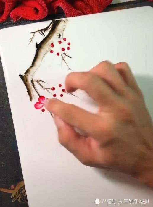 美术生手指乱点画梅花,开始不相信,看到成品:美出新境地