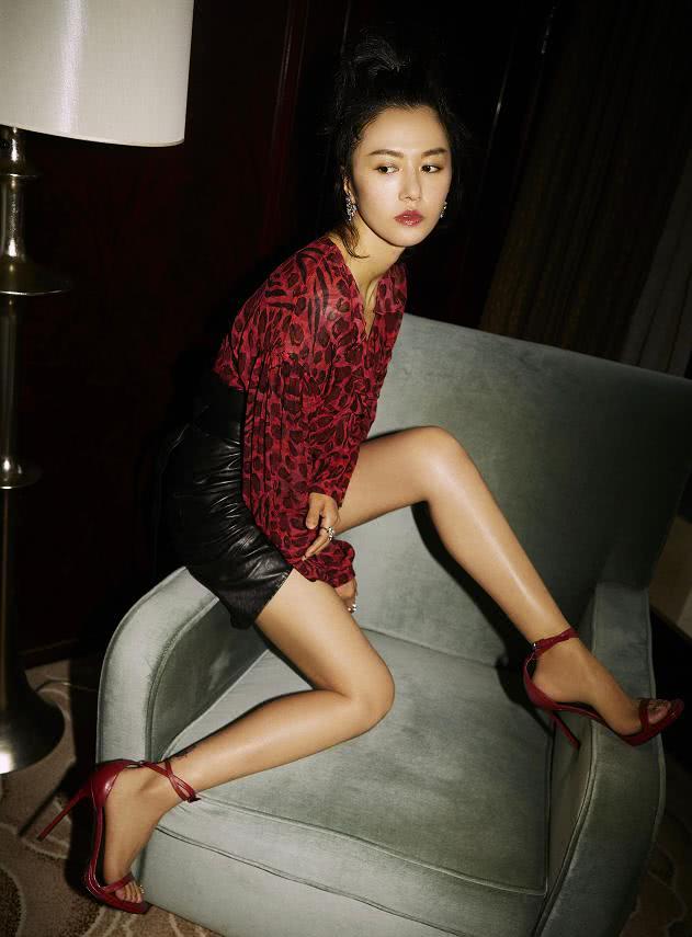 """谭维维越来越敢穿,穿超短皮裙秀身材,169身高的长腿好""""吸睛"""""""