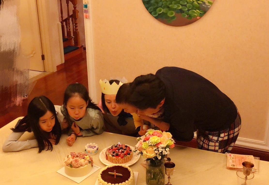 佟大为在家招待明星好友,做一大桌子美味,却被角落的东西抢镜!
