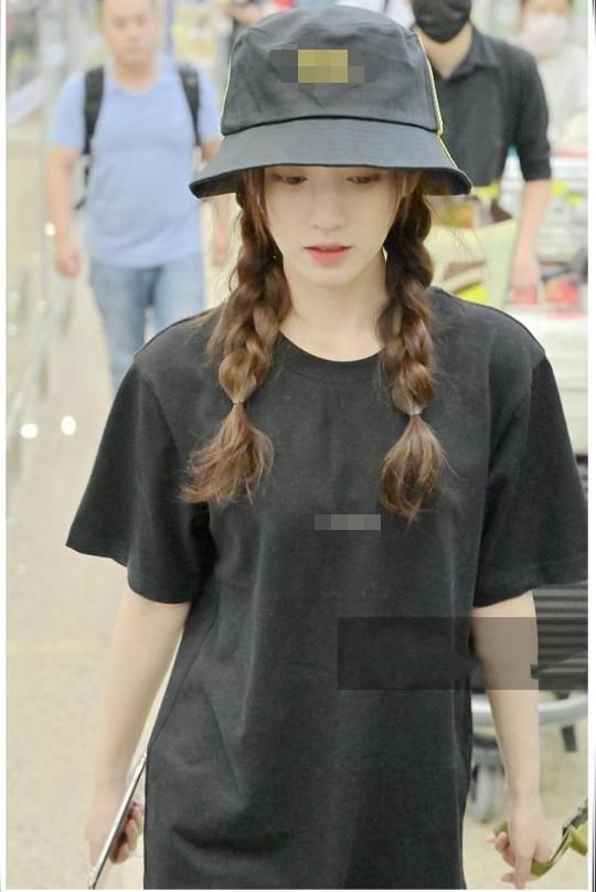 鞠婧祎不负绝世美女,全黑造型走机场美得高调,双扎麻花辫太提气